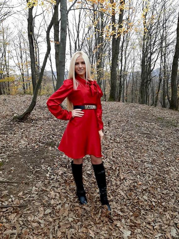 Djevojka u crvenoj haljini