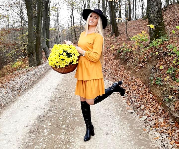 Djevojka sa cvjećem u žutoj haljini