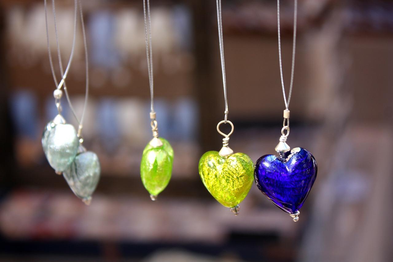 Ručno pravljene ogrlice sa srcima