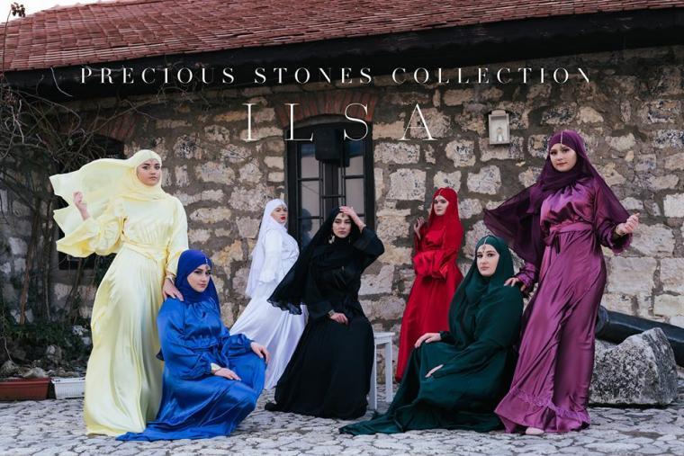 djevojke u maramama stoje ispred kule