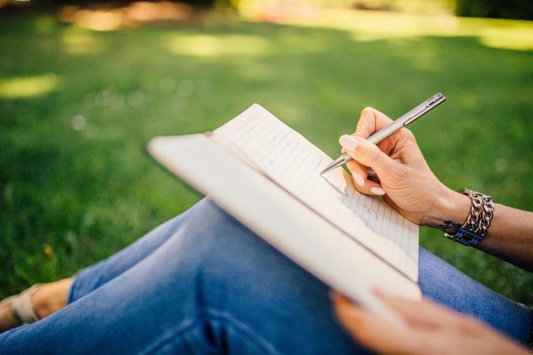 Žena piše na koljenima