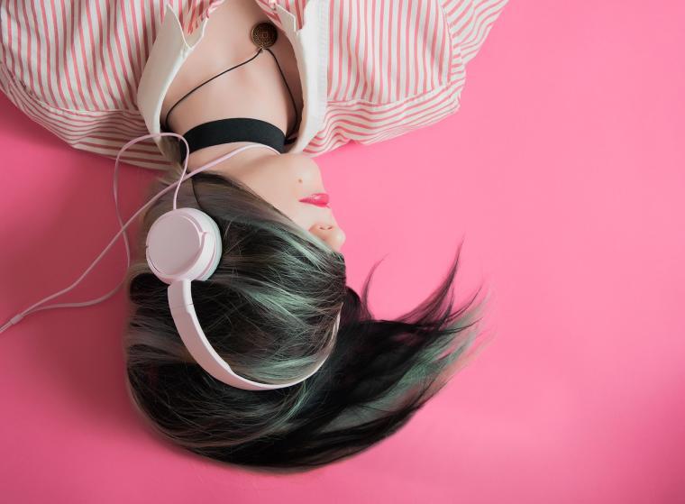 Djevojka leži sa slušalicama