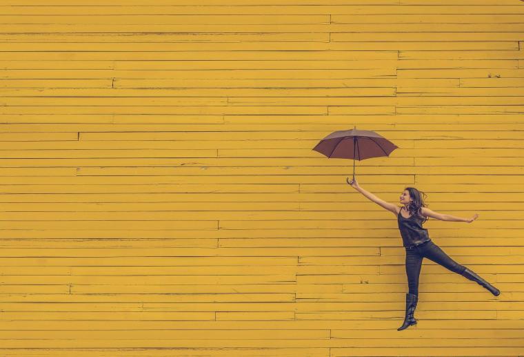 Djevojka sa kišobranom skočila u zrak
