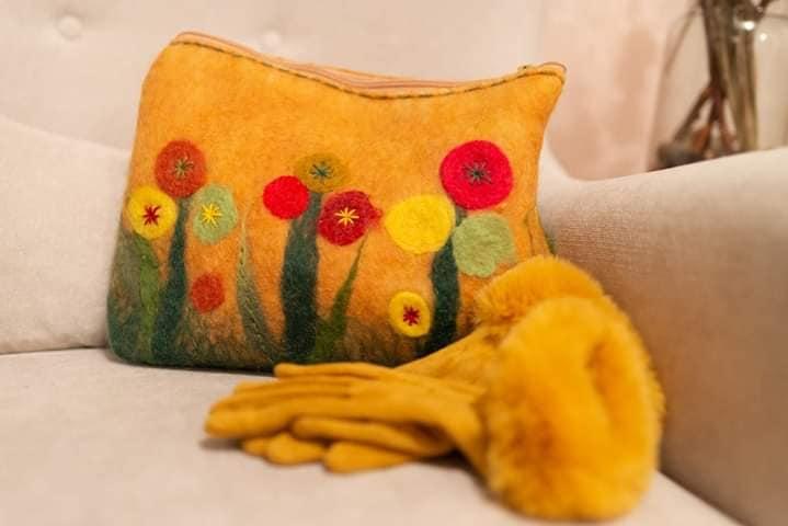 vunena torba na kauču