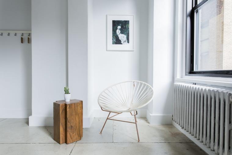 stolica bijela u prostoru