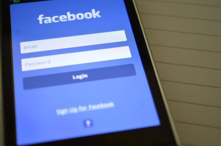 plavi ekran sa facebook aplikacijom na mobitelu