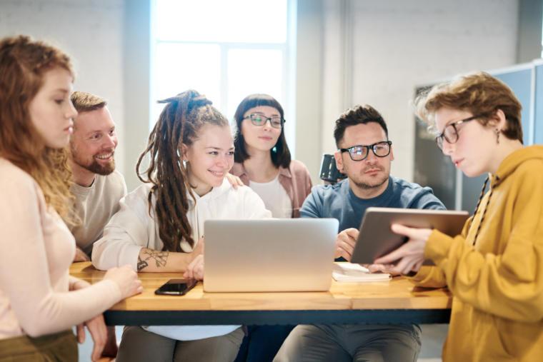 mladi ljudi sjede za računarima