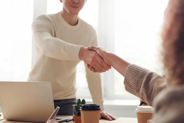 žena i muškarac se rukuju