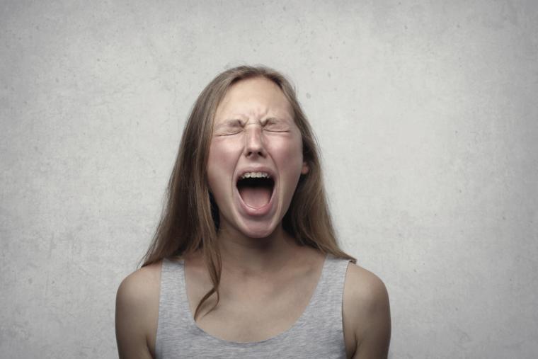 djevojka vrišti