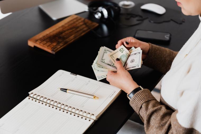 osoba broji novac