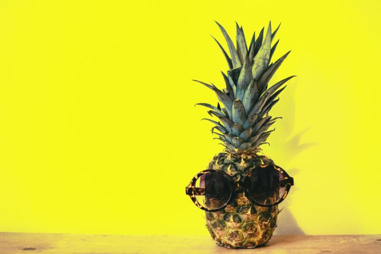 Ananas sa sunčanim naočarima