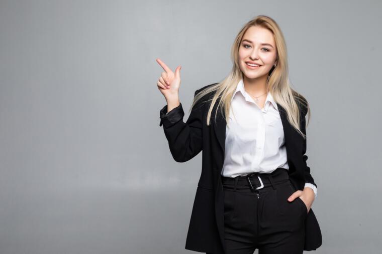 mlada djevojka u poslovnom odijelu