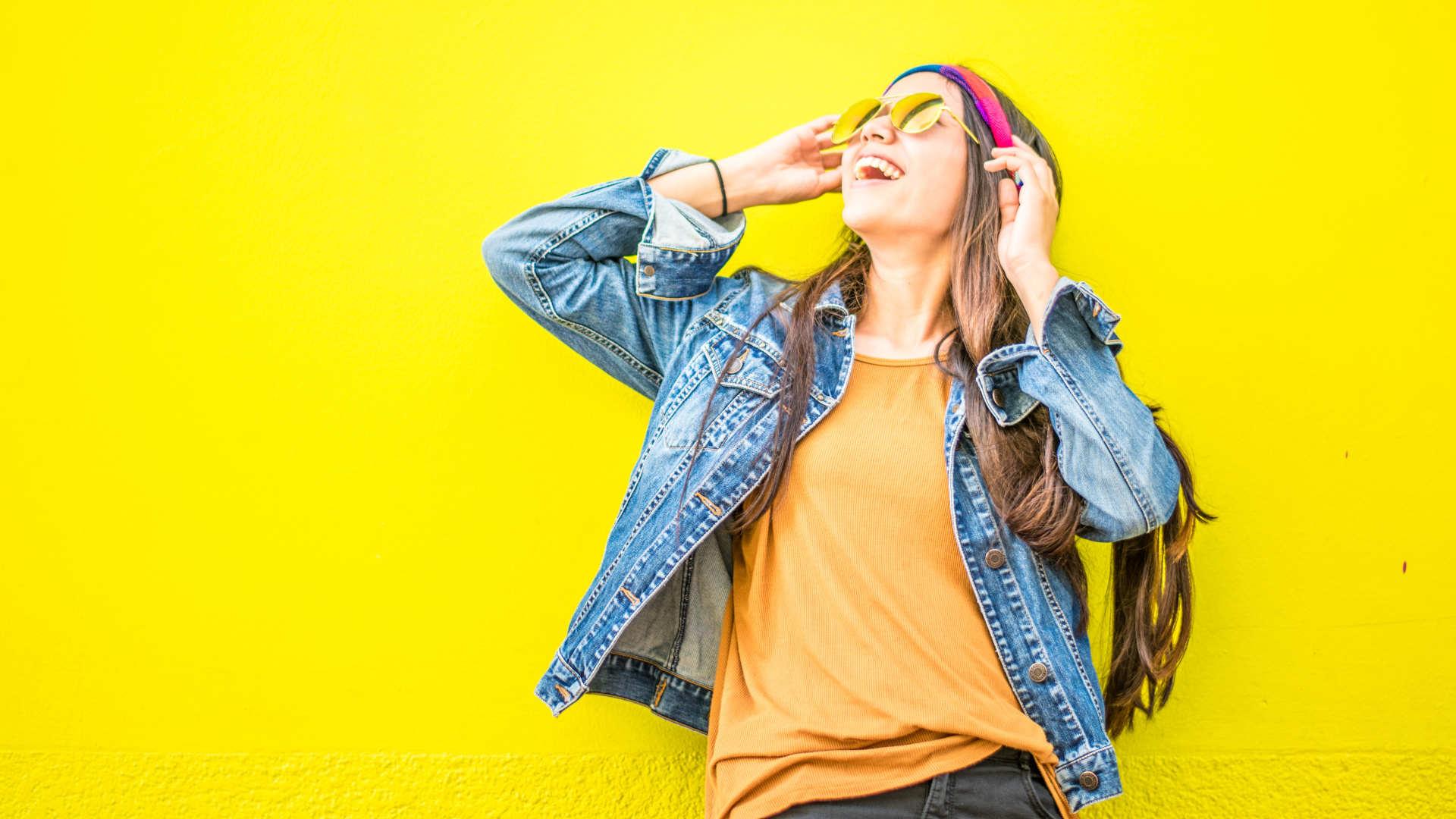 Vesela djevojka na žutoj pozadini