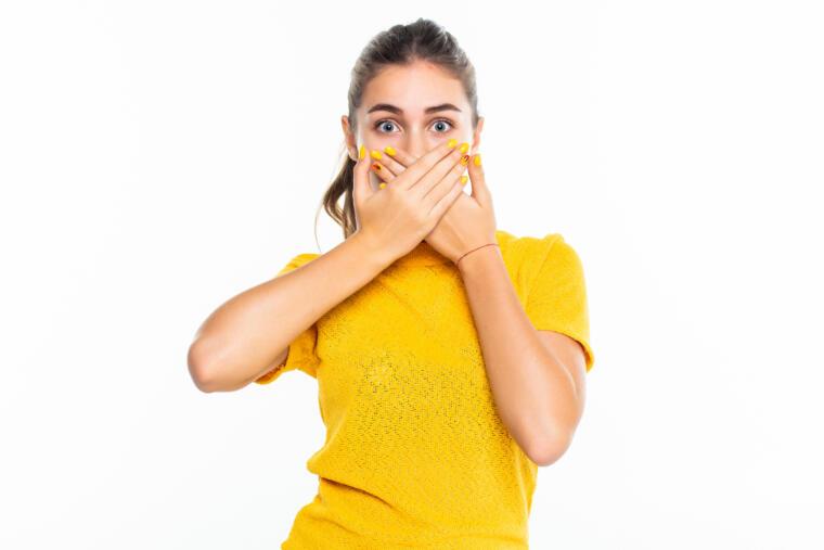 Djevoka u žutoj majici pokriva usta
