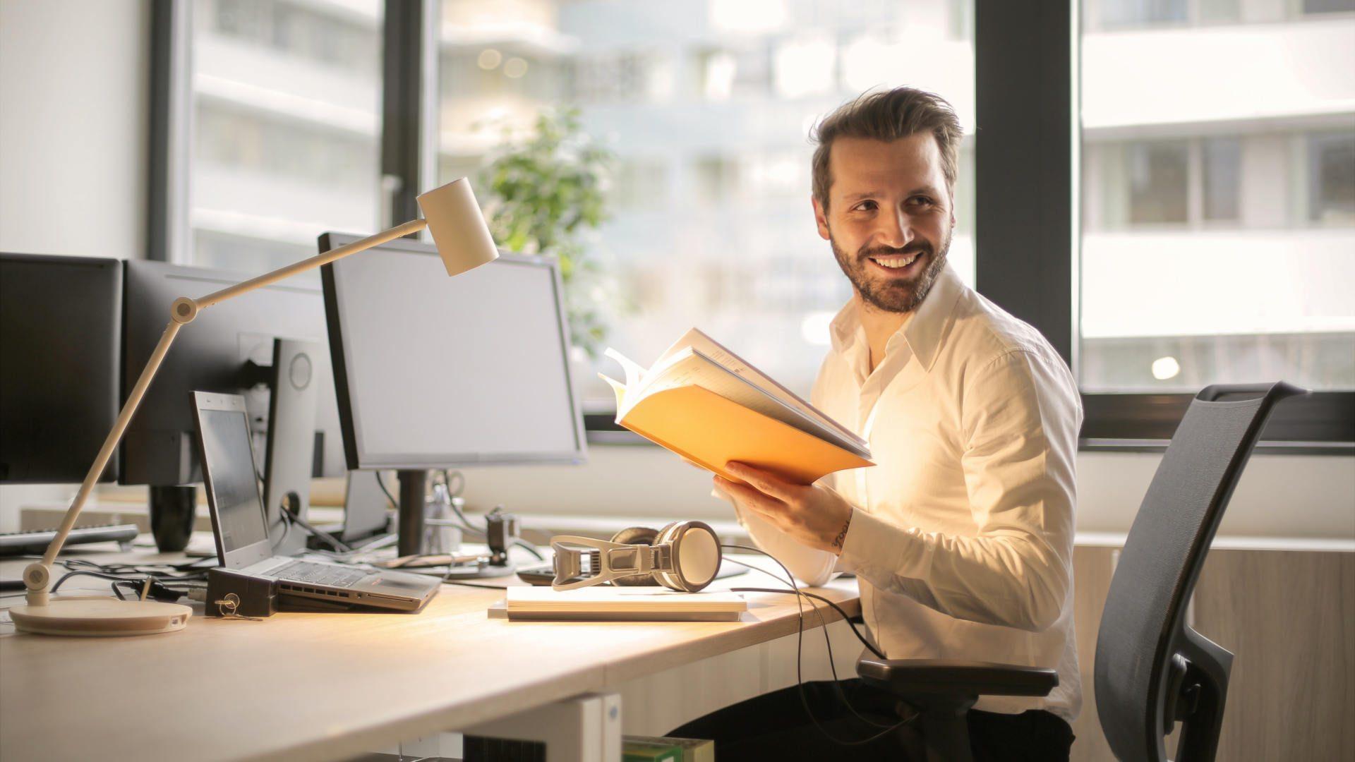 Nasmijan muškarac u kancelariji